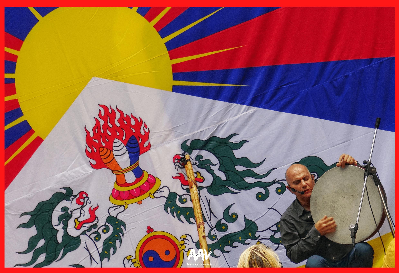 bandiera tibet con musicista