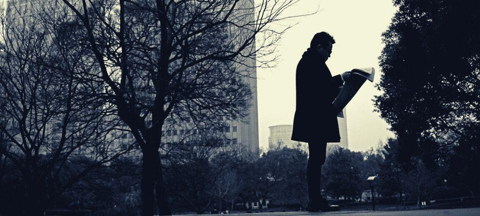 uomo legge notizia sul coronavirus